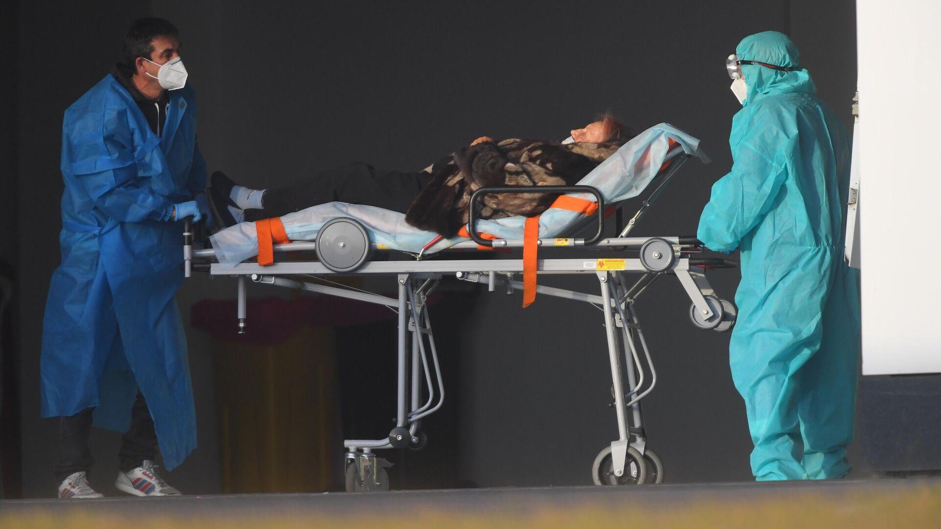 Бригада скорой медицинской помощи доставила пациента в карантинный центр в Коммунарке - РИА Новости, 1920, 29.10.2020