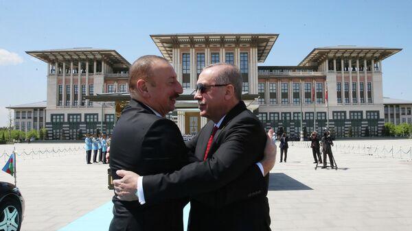 Президент Турции Реджеп Тайип Эрдоган и глава Азербайджанской Республики Ильхам Гейдар оглы Алиев во время встречи