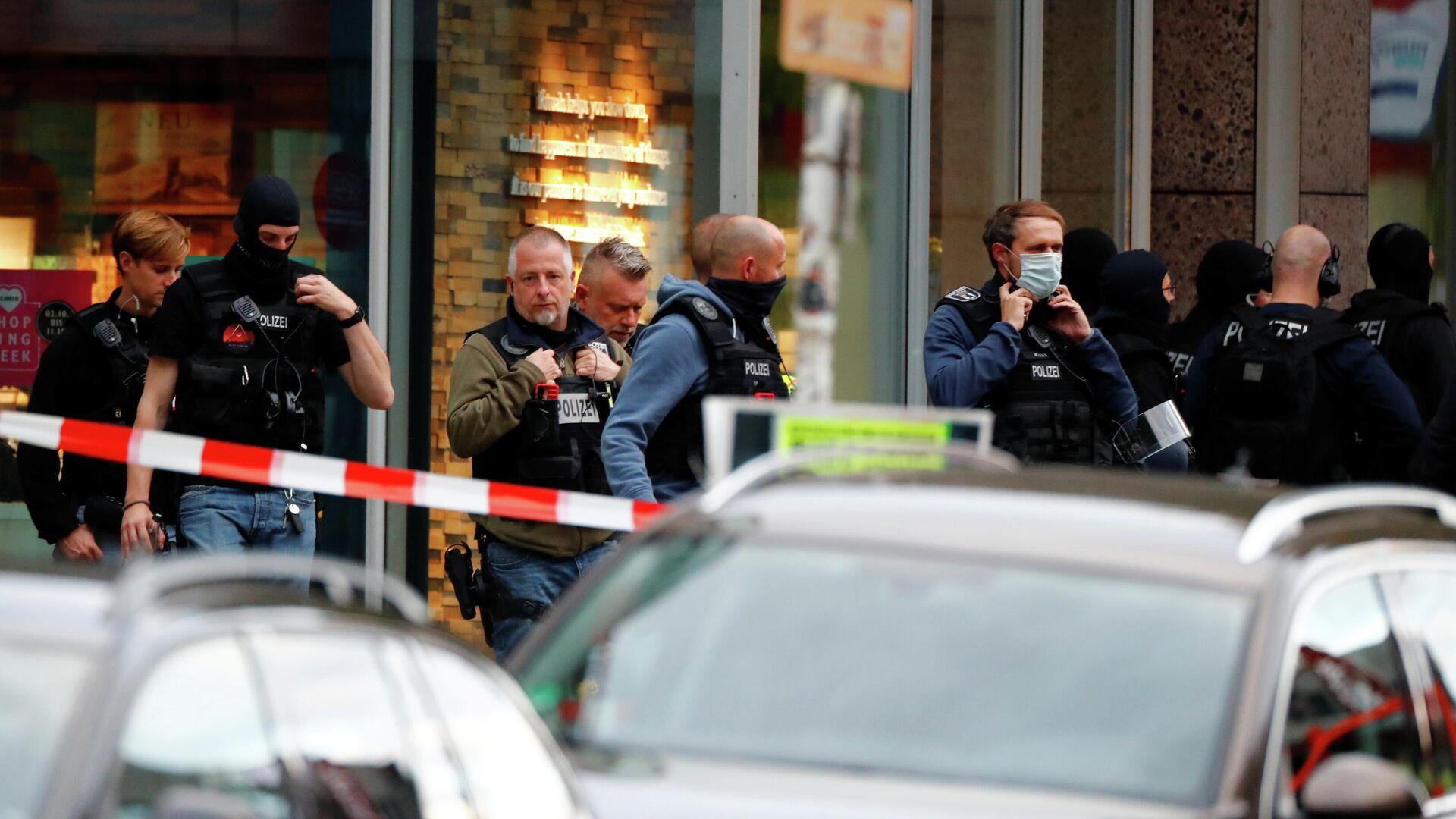 Немецкий спецназ у отделения банка после захвата заложников в Кёпенике недалеко от Берлина - РИА Новости, 1920, 21.10.2020