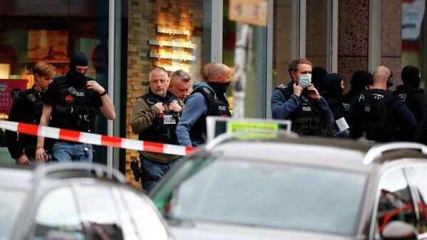Немецкий спецназ у отделения банка после захвата заложников в Кёпенике недалеко от Берлина