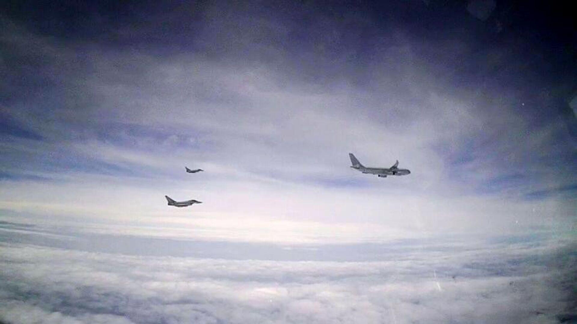 Британские самолеты, перехваченные российским Су-27 в небе над акваторией Черного моря - РИА Новости, 1920, 15.02.2021