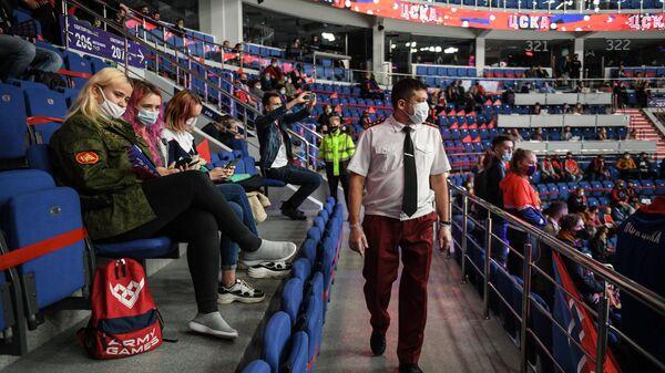 Сотрудник Роспотребнадзора совершает рейд по проверке соблюдения масочного режима на матче регулярного чемпионата Континентальной хоккейной лиги между командами ПХК ЦСКА (Москва) и ХК Динамо (Москва)