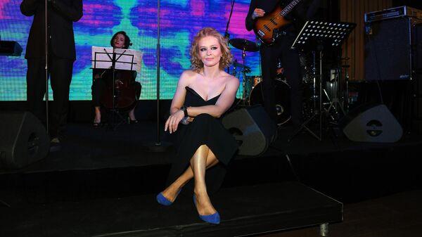 Актриса Юлия Пересильд и актер Павел Акимкин выступают на торжественном вечере в рамках 42-го Московского международного кинофестиваля (ММКФ)