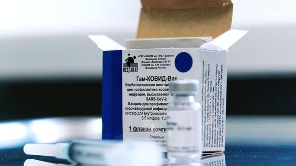 Ампула с вакциной Гам-Ковид-Вак