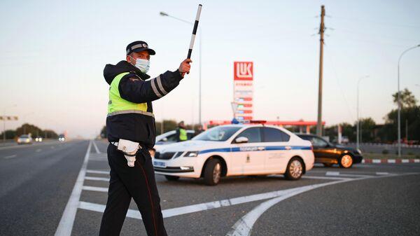 Сотрудник дорожно-патрульной службы ГИБДД на трассе Р-217 Кавказ