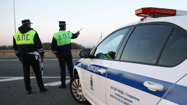 Сотрудники дорожно-патрульной службы ГИБДД на трассе Р-217 Кавказ
