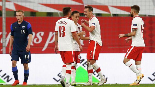 Футболисты сборной Польши рдауются забитому голу в товарищеском матче против команды Финляндии