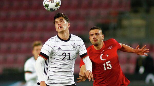 Полузащитник сборной Германии Кай Хаверц (слева) и защитник сборной Турции Мерих Демирал в товарищеском матче