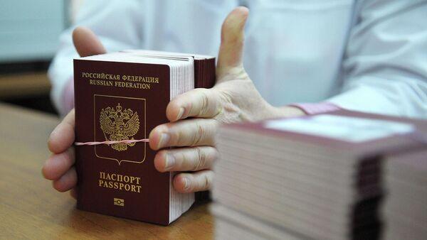 Сотрудница ФГУП Гознак упаковывает для отправки готовые биометрические заграничные паспорта граждан РФ