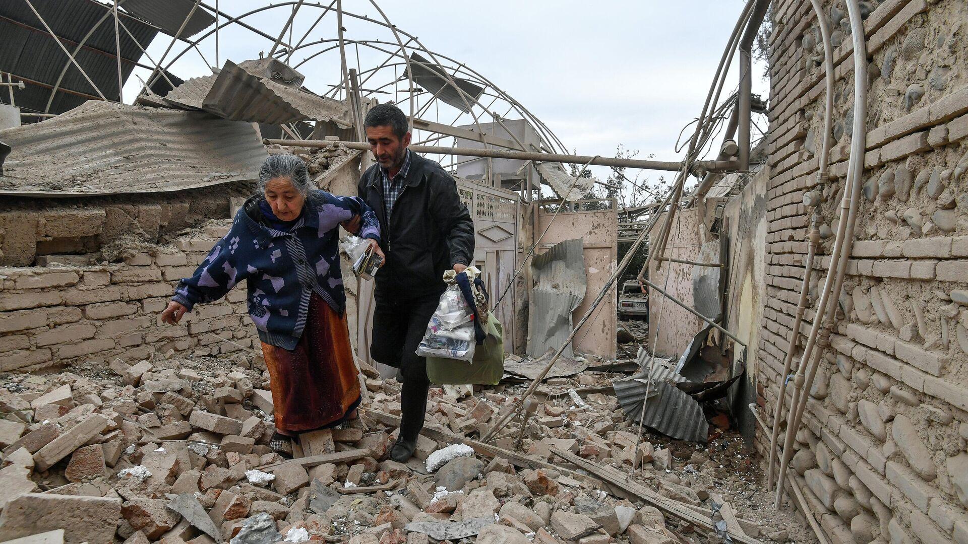 Жители дома, разрушенного в результате обстрела города Гянджа - РИА Новости, 1920, 09.10.2020