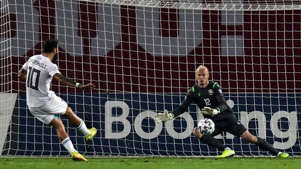 Полузащитник сборной Грузии Торнике Окриашвили (слева) забивает мяч в ворота сборной Белоруссии