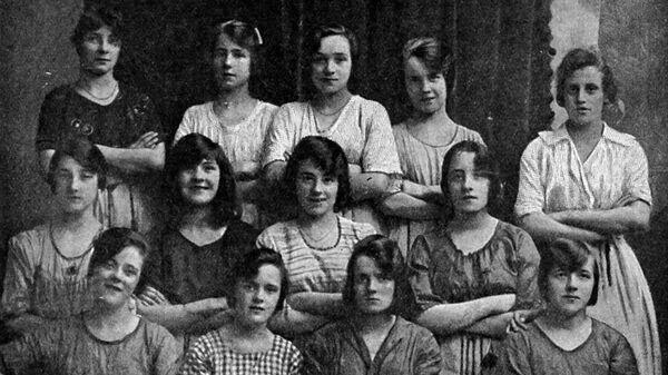 Фотография девушек, которые работали на одной из мельниц Белфаста в Ирландии