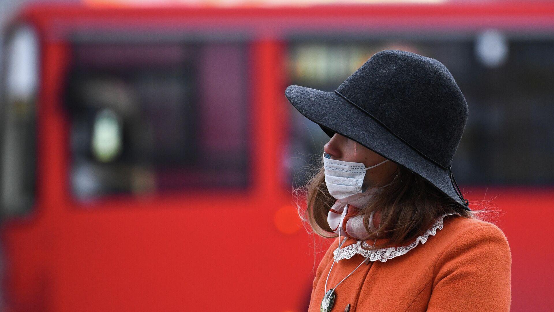 Девушка в медицинской маске в Новосибирске - РИА Новости, 1920, 21.10.2020