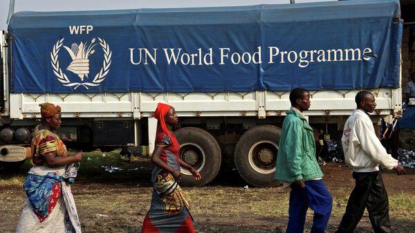 Логотип продовольственной программы ООН на грузовике в Конго