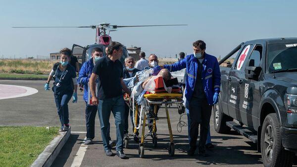 Пострадавший во время обстрела карабахского города Шуша военный корреспондент Юрий Котенок доставлен в медицинский центр Эребуни в Ереване