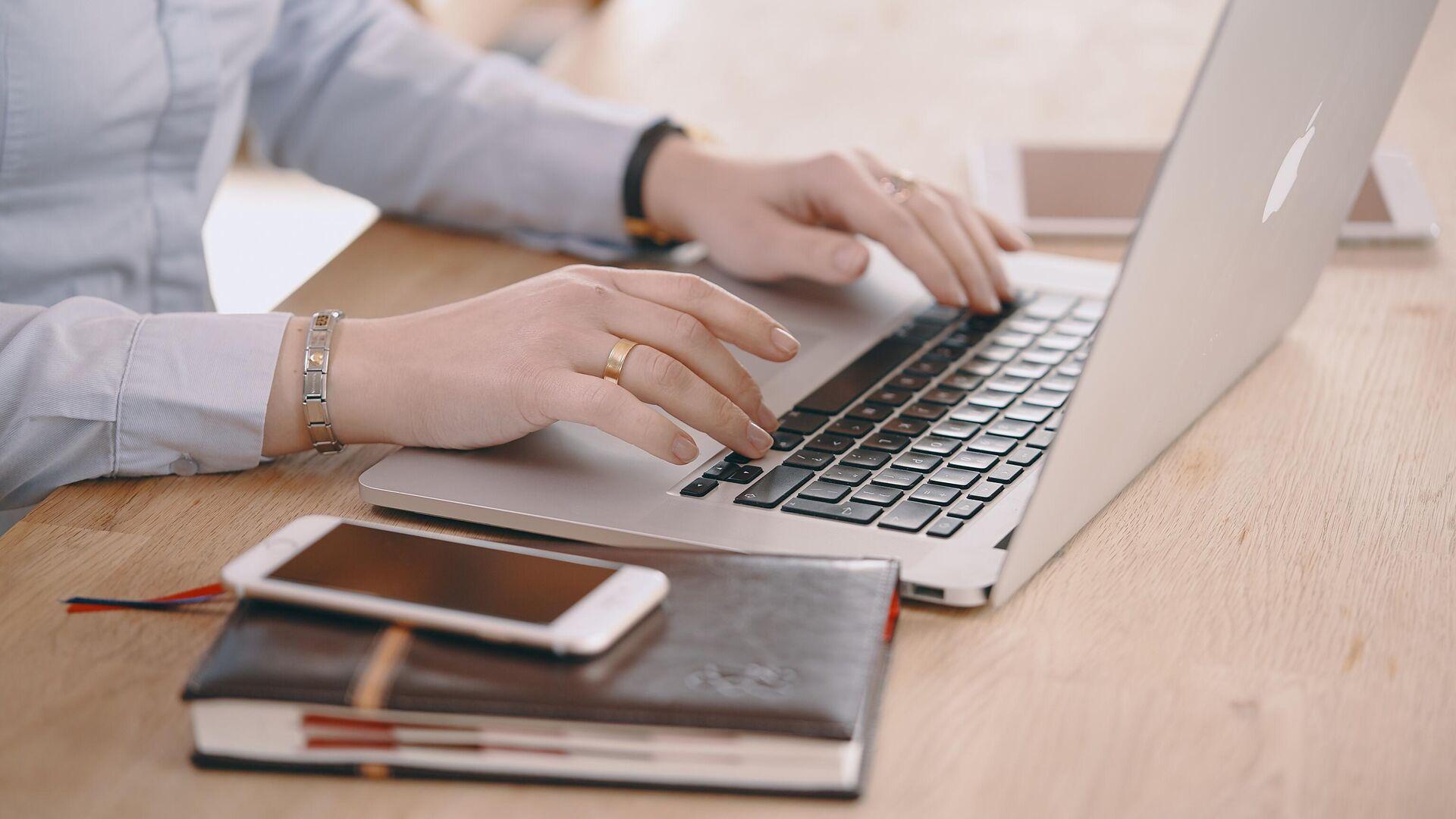 Женщина работает за ноутбуком - РИА Новости, 1920, 02.09.2021