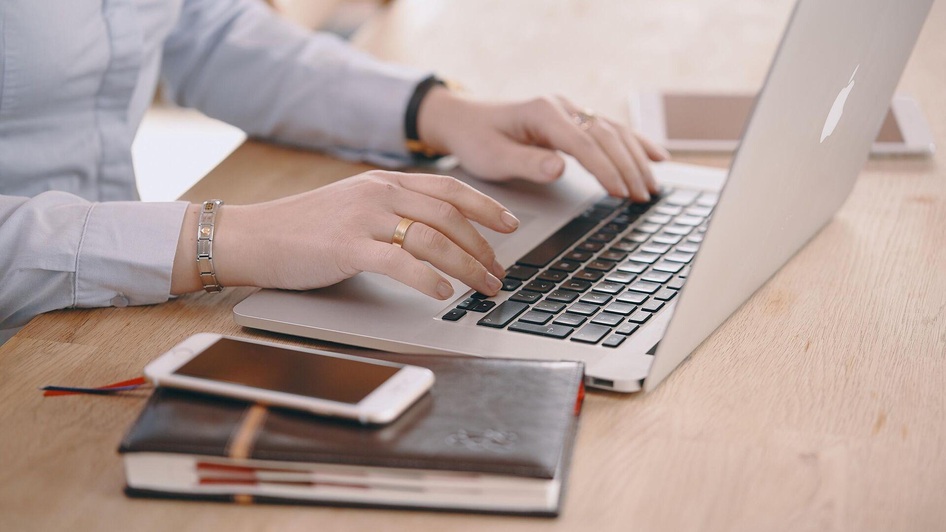 Женщина работает за ноутбуком - РИА Новости, 1920, 28.09.2021