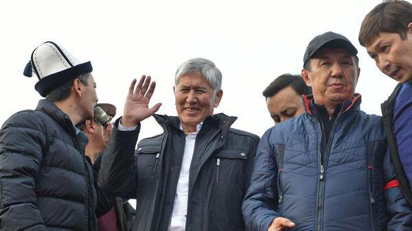 Экс-глава Киргизии Алмазбек Атамбаев на встрече с митингующими сторонниками в Бишкеке