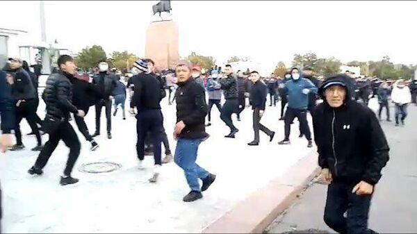 Кадры столкновения сторонников Жапарова и Атамбаева в Бишкеке