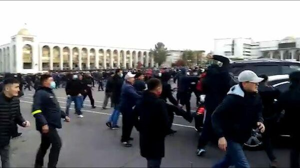 Кадры стрельбы по машине, в которой, предположительно, находился Алмазбек Атамбаев