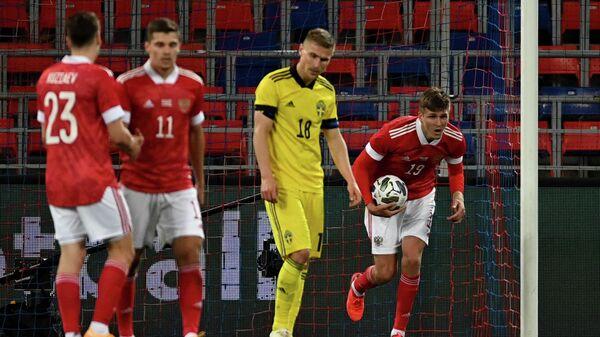 Нападающий сборной России Александр Соболеев (справа) после забитого мяча в ворота сборной Швеции