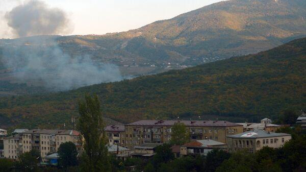 Дым от пожаров, возникших в результате артиллерийских ударов по Степанакерту