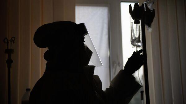 Медицинский работник в отделении гемодиализа городской клинической больницы № 52 в Москве