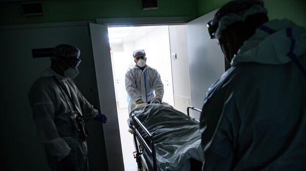 Медицинские работники в отделении компьютерной томографии городской клинической больницы № 52 в Москве