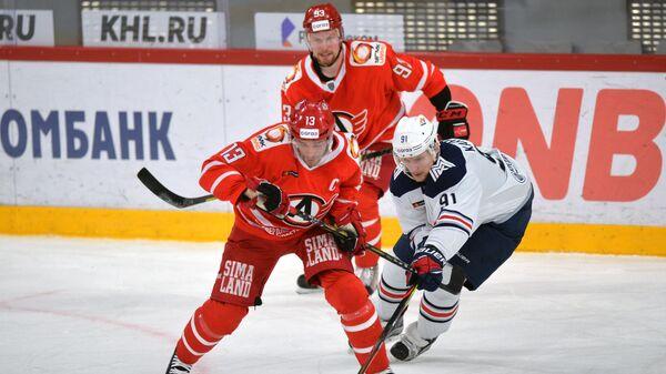 Игрок Металлурга Максим Карпов (справа) и игрок Автомобилиста Павел Дацюк в матче регулярного чемпионата Континентальной хоккейной лиги между ХК Автомобилист (Екатеринбург) и ХК Металлург (Магнитогорск).