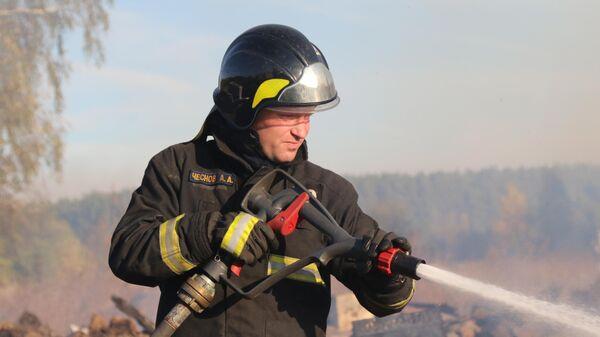 Сотрудники МЧС во время ликвидации пожаров в Рязанской области