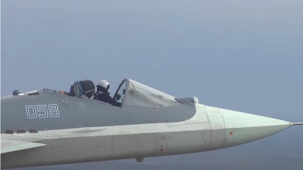 Полет российского истребителя Су-57