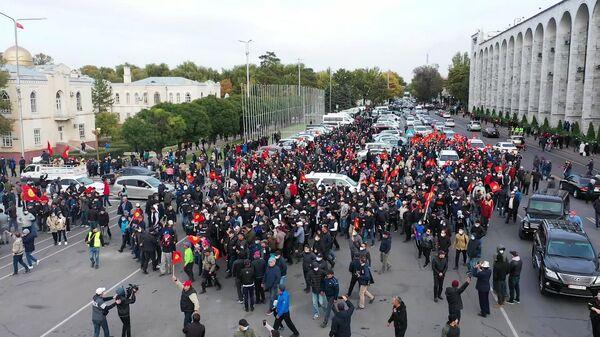 Сторонники Алмазбека Атамбаева и Омурбека Бабанова принимают участие в митинге в Бишкеке