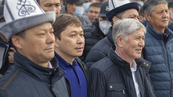 Бывший президент Киргизии Алмазбек Атамбаев на митинге своих сторонников у памятника Манасу в Бишкеке