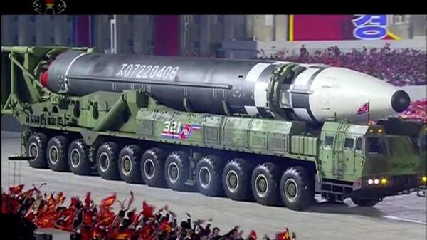 Новая баллистическая ракета во время парада в Пхеньяне, КНДР. Стоп-кадр трансляции