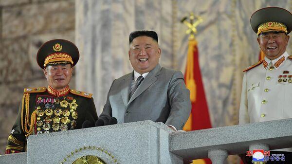 Лидер Северной Кореи Ким Чен Ын во время парада в Пхеньяне, КНДР