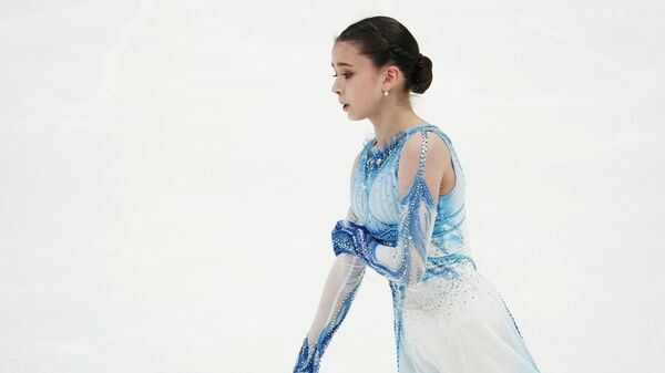 Камила Валиева выступает с короткой программой в женском одиночном катании на II этапе Кубка России - Ростелеком по фигурному катанию в Москве.