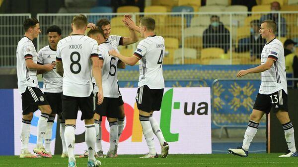 Футболисты сборной Германии радуются голу