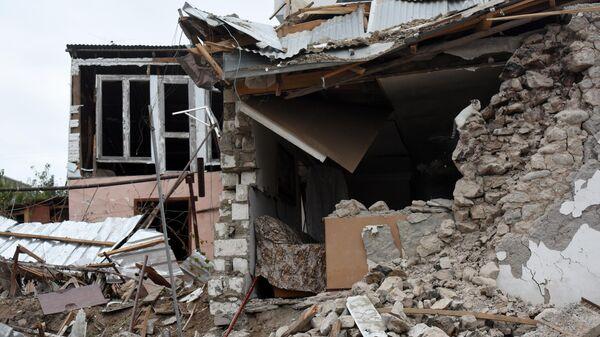 Жилой дом, разрушенный в результате обстрелов Степанакерта в Нагорном Карабахе