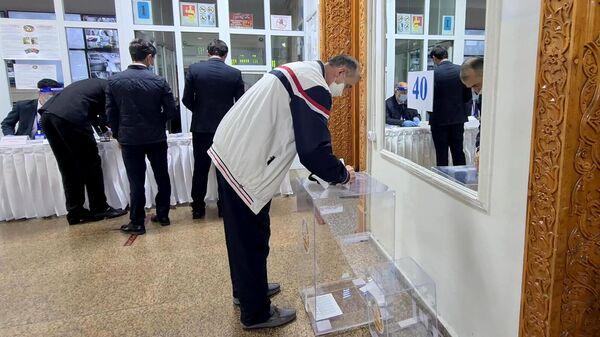 Люди участвует в голосовании на выборах президента Таджикистана. Скриншот видео