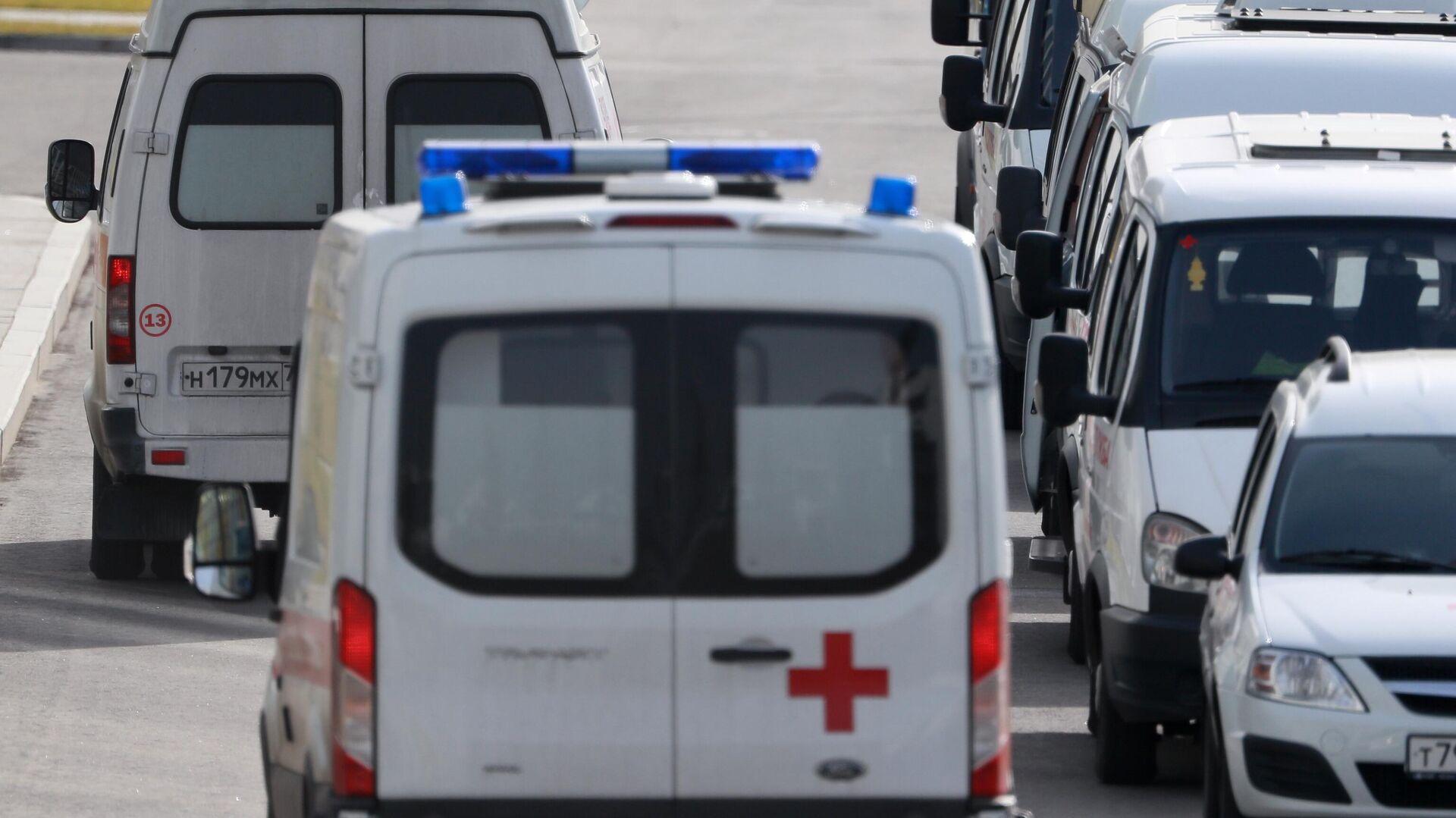 Машины скорой медицинской помощи возле карантинного центра в Коммунарке - РИА Новости, 1920, 17.10.2020