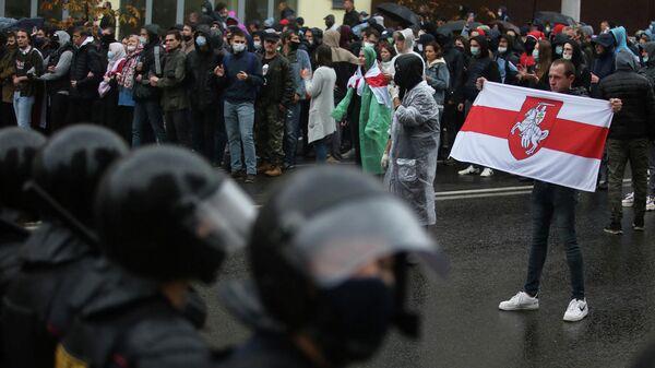 Сотрудники правоохранительных органов во время митинга оппозиции в Минске