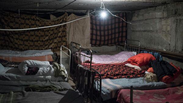 Местные жители приготовили кровати для ночевки в подвале одного из домов города Шуши