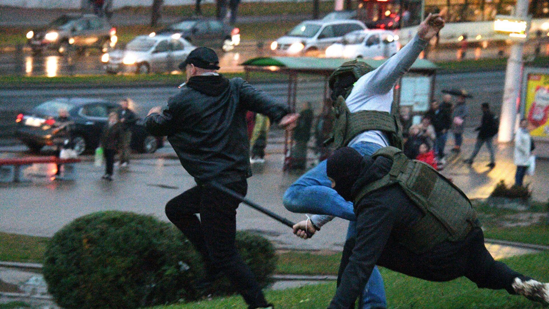 Сотрудники правоохранительных органов задерживают участника несанкционированной акции протеста оппозиции в Минске - РИА Новости, 1920, 12.10.2020