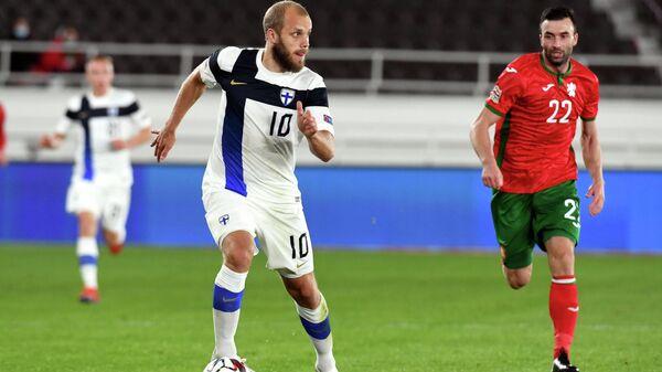 Нападающий сборной Финляндии Теему Пукки (слева) и защитник сборной Болгарии Александар Цветков