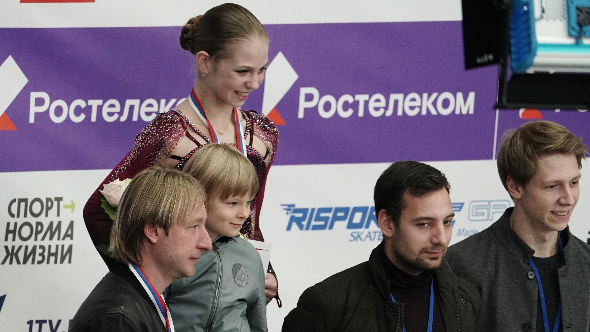 Александра Трусова (в центре на втором плане), Евгений Плющенко с сыном Александром (слева на первом плане) - РИА Новости, 1920, 11.10.2020