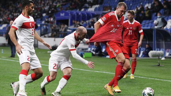 Нападающий сборной России Артем Дзюба (второй справа) и полузащитник сборной Турции Эфеджан Караджа