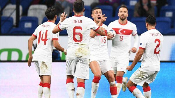 Футболисты сборной Турции радуются забитому мячу
