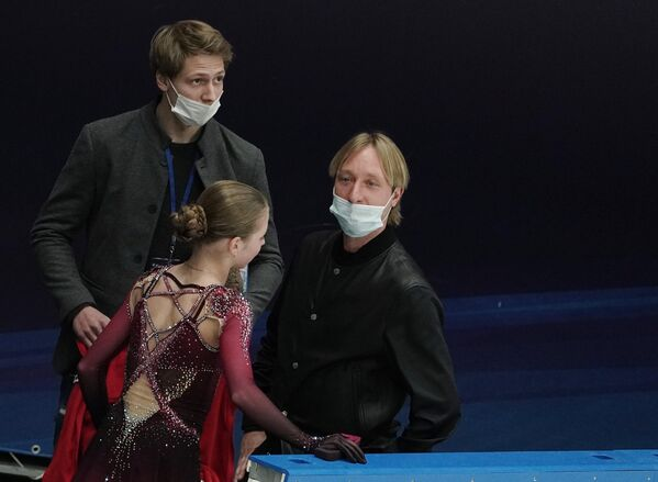 Александра Трусова и Евгений Плющенко (справа)