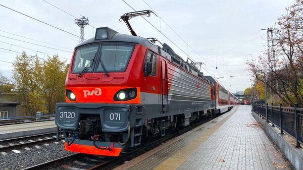 Двухэтажный поезд перед отправлением из Мурманска в Санкт-Петербург