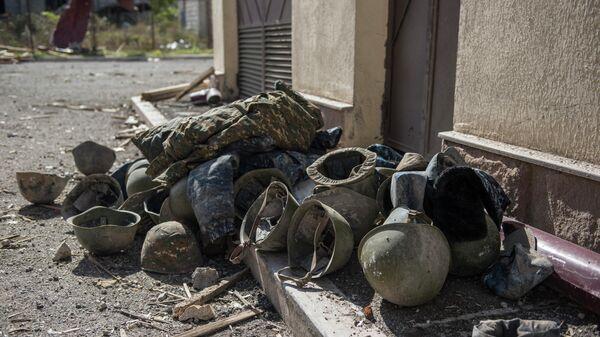 Последствия обстрелов на улице в городе Шуши
